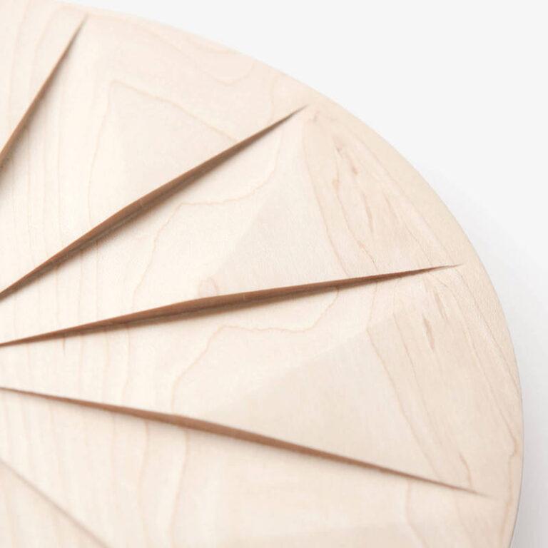 Het bijzondere van de Shady klok zijn de 12 vlakken die uit het hout gesneden zijn. Dit geeft een mooie schaduw werking.
