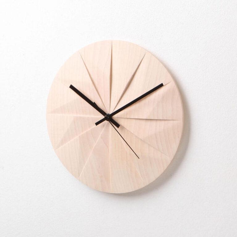 Houten klok Shady is een moderne klok waarbij de uren als vlakken in de wijzerplaat zijn uitgesneden. Prachtig in elk interieur.