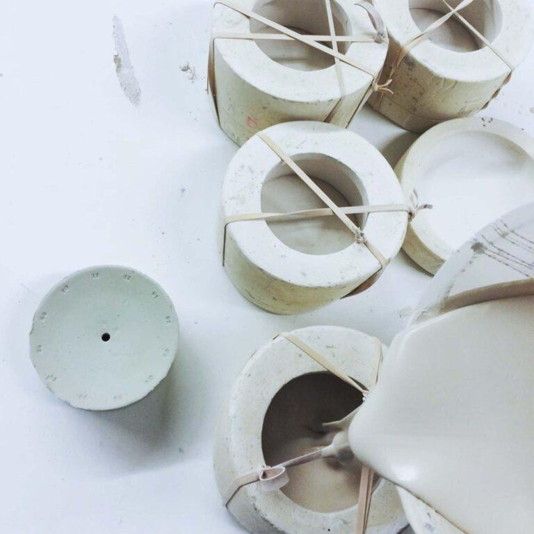 Harm en Elke maken de ronde design klokken volledig met de hand. Het gekleurde porselein wordt in een mal gegoten en de cijfers en letters er één voor één in gestempeld. Alt-tekst bewerken