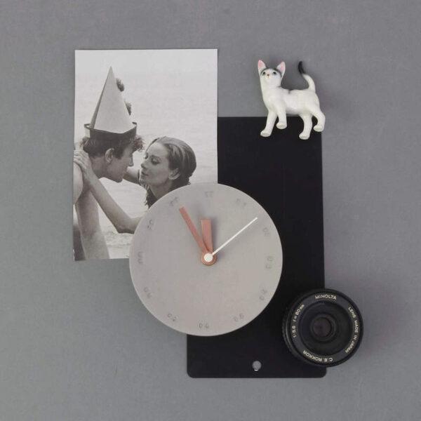 Deze porseleinen design wandklok van Studio Harm & Elke is een exemplaar zonder al te veel opsmuk. Maar dat maakt 'm nou juist zo mooi!