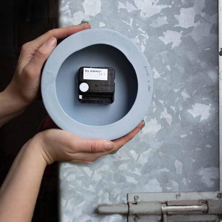Vormgeefster Elke ontwierp deze klok in samenwerking met Femke Roefs. Iedere klok is met hun beide namen op de achterzijde gesigneerd.