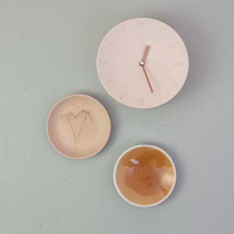 De rustige tinten van het porselein geven de moderne eigentijdse klok een zachte uitstraling. De uren- en minutenwijzers zijn warm koperkleurig. Mooi om te combineren met een paar bordjes aan de wand.