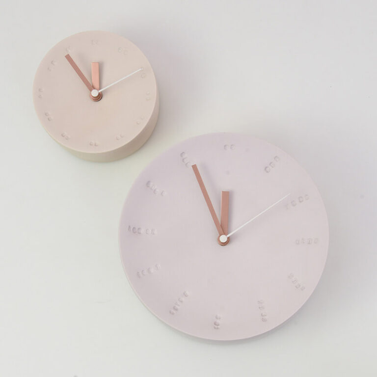 De ambachtelijk gemaakte ronde klok is er in 2 maten. Het werken met gekleurd porselein geeft mooie subtiele kleurnuances. Dit maakt elke klok uniek!