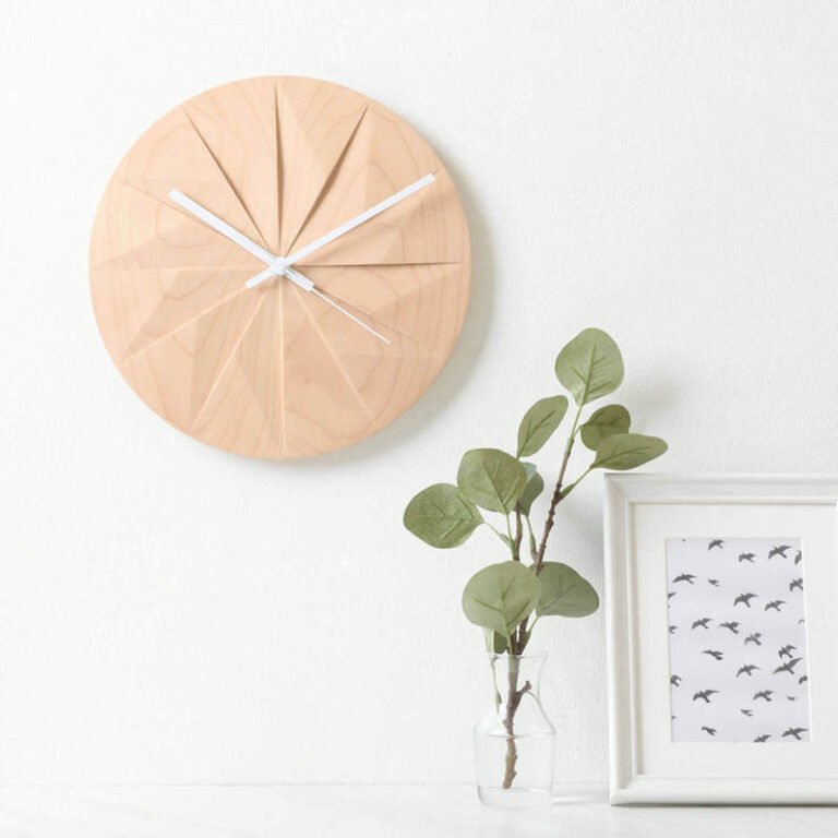 Houten klok Shady is een moderne klok waarbij de uren als vlakken in de wijzerplaat zijn uitgesneden. Design Pana Objects