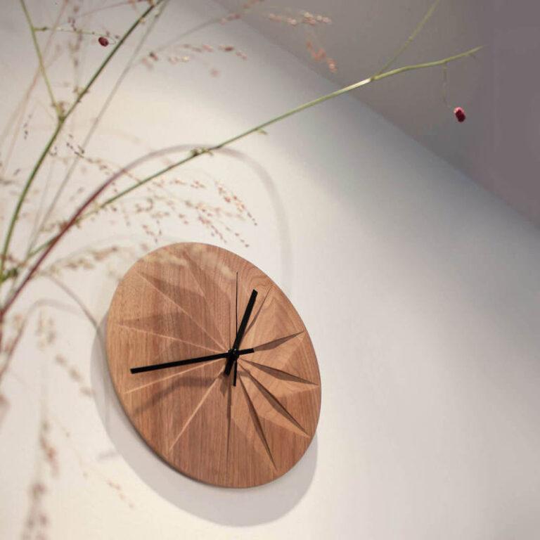 Door de werking van de schaduw die door het uitsnijden van de houten wijzerplaat ontstaat, krijg je een speels grafisch effect op de Shady klok.