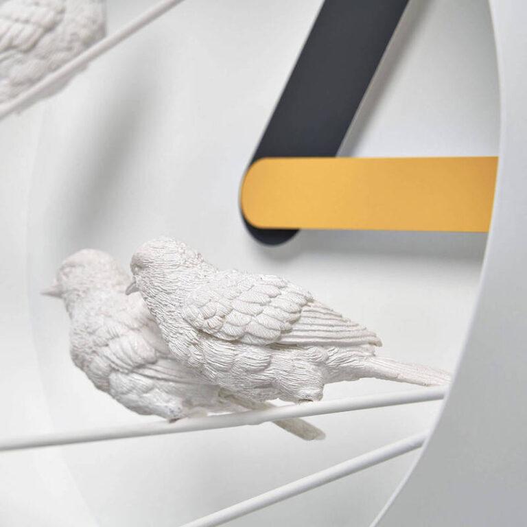 De mussen van kunsthars van de Sparrow X klok hebben veel met de hand uitgewerkte details zoals de veertjes, het staartje en de oogjes. Hier van de zijkant gezien.