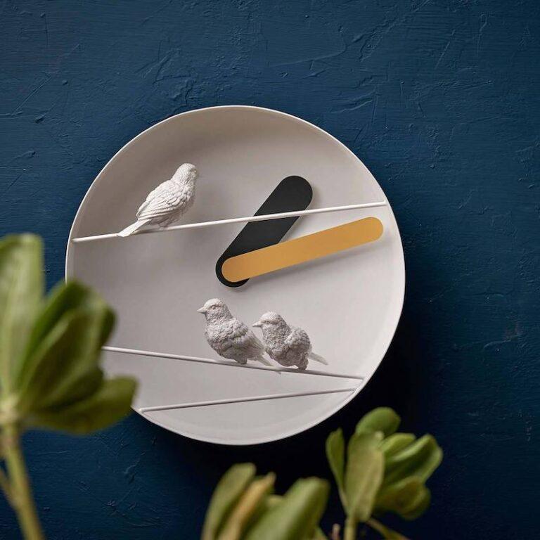 De 3 witte mussen van de Sparrow X klok zitten op metalen stangetjes voor het uurwerk. Dit geeft een mooi 3D effect. Met een gele minutenwijzer.