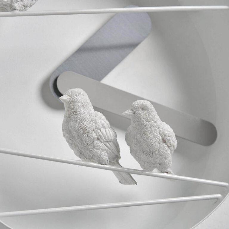 De mussen van kunsthars van de Sparrow X klok hebben veel met de hand uitgewerkte details zoals de veertjes, het staartje en de oogjes. Hier van de voorkant gezien.
