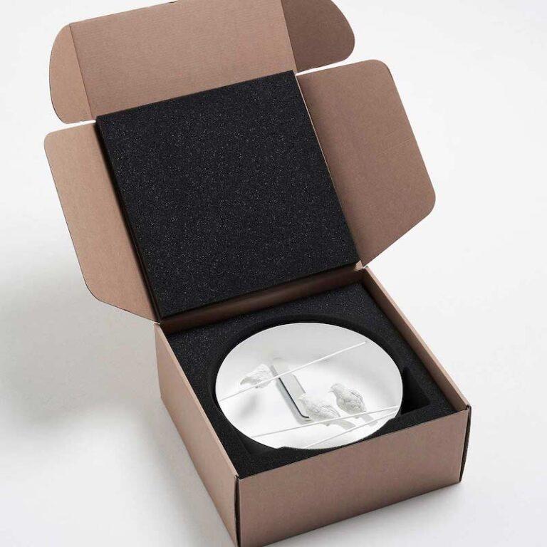 De Sparrow X klok is heel goed verpakt in een stevige kartonnen doos met daarin schuimrubber waarin het uurwerk precies past.