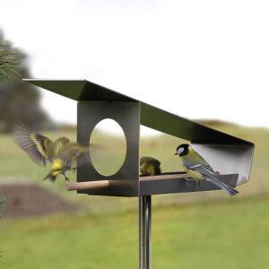 Een schuin dak, royale openingen en uitgevoerd zonder onnodige tierlantijnen. Dat zijn de belangrijkste kenmerken van deze design vogelvoederplaats Sterk Staaltje.Dit exemplaar is bijzonder doordat het gemaakt is uit één stuk roestvrij staal. Dat maakt 'm ijzersterk