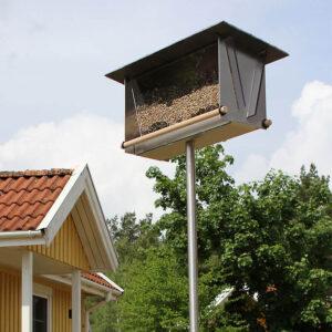 Vogelvoersilo Leisteen staat op een hoge RVS poot van 150 cm. Daarmee zitten de vogels veilig voor bijvoorbeeld katten. De poot steek je zo in de tuinaarde. Heb je balkon of verhard terras, bestel dan de losse standaard met vloerplaat.
