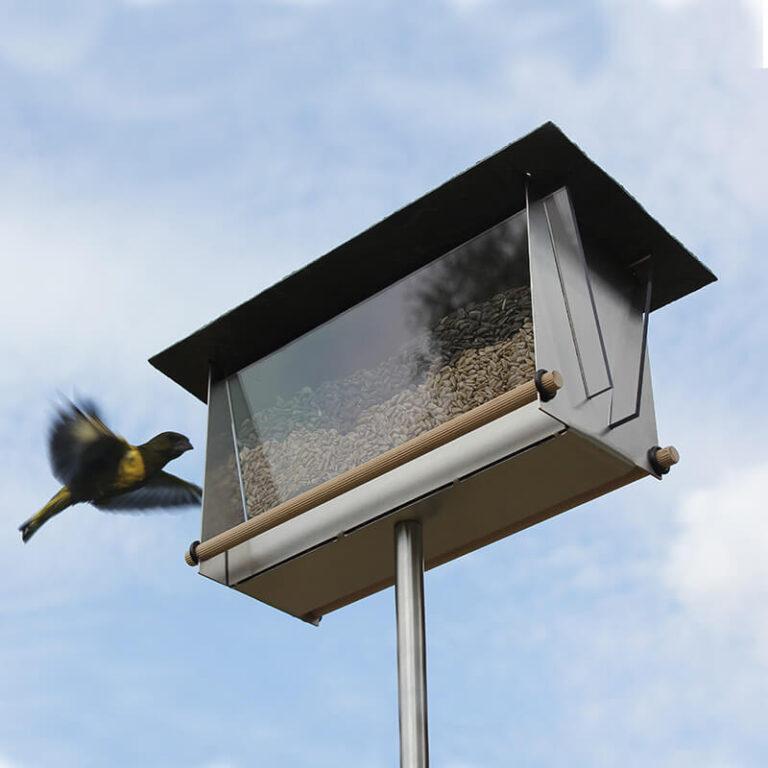 Deze moderne vogelvoersilo is een lust voor het oog. Het geborstelde edelstaal is gecombineerd met flinke acryl vensters en afgedekt met een dak van leisteen.