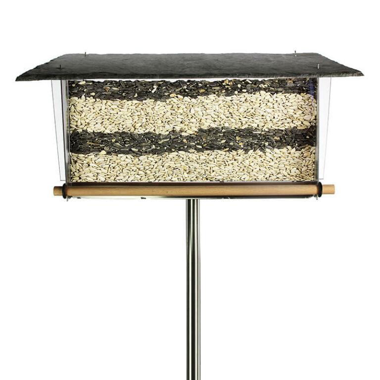 Er kan maar liefst 3 liter vogelvoer in de Leisteen vogelvoersilo, waardoor je zelfs bij frequent vogelbezoek niet steeds hoeft bij te vullen.