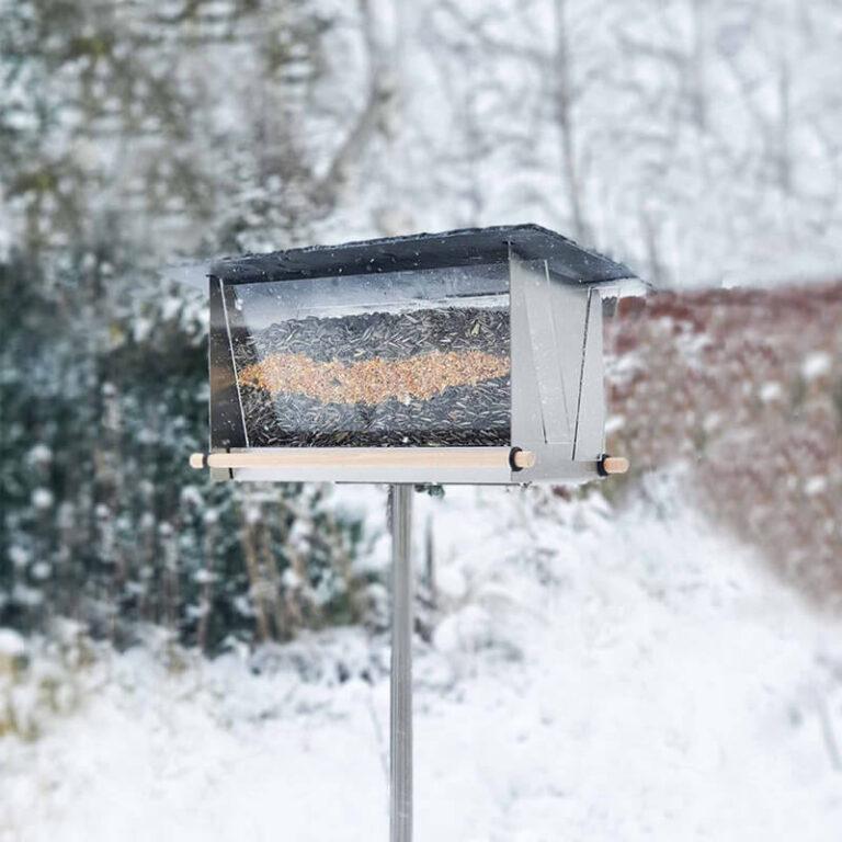 Vul de moderne Silo met leisteendak met bijvoorbeeld zonnebloempitten en zaden. Vogels zijn er verzot op en je helpt ze zo de winter door.