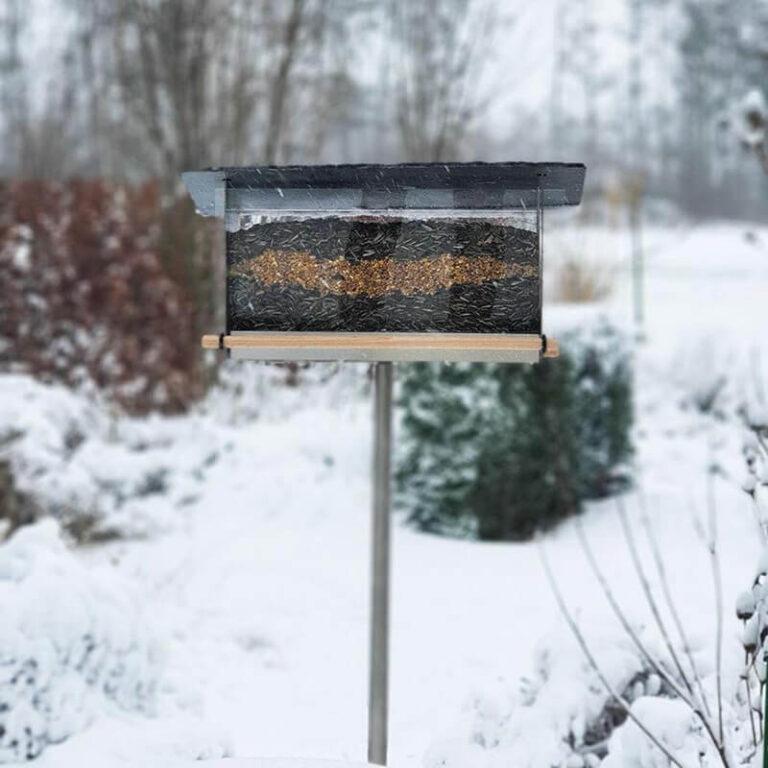 Kleine vogeltjes kunnen tijdens een koude winternacht wel 10% van hun lichaamsgewicht verliezen. Help ze daarom een handje door extra bij te voeren. Dat kan bijvoorbeeld met deze flinke voedersilo met leisteen dak.