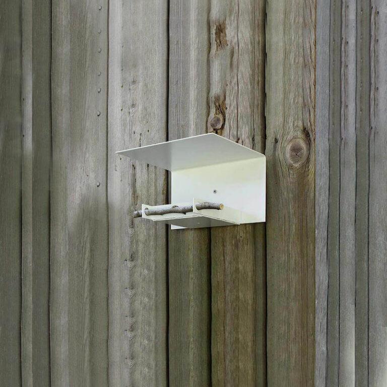 Vogelhuisje Abri kan aan de wand of op een poot gebruikt worden. Je bevestigt 'm eenvoudig met een schroef aan de wand.