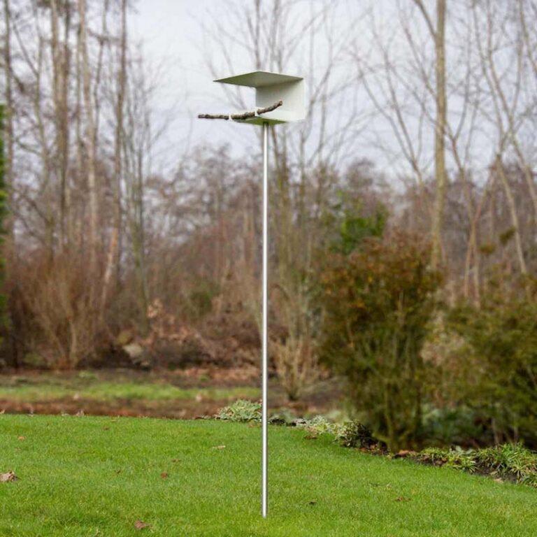 Design vogelvoederstation Abri staat op een hoge poot. Deze is van RVS is aan 1 zijde schuin afgekort zodat je 'm gemakkelijker in de aarde steekt. Vogels zitten hier hoog op veilige afstand van bijvoorbeeld katten