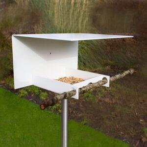 Het Abri vogelvoederhuisje is prachtig door zijn eenvoud. Geïnspireerd op de minimalistische Bauhaus bouwstijl is het een voederstation zonder franjes.