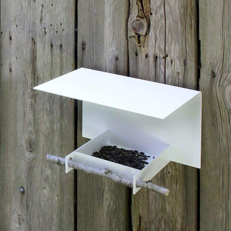Abri is een design vogelhuisje zonder fratsen. Hang het aan de wand en vul het met zaden. Steek er een takje in en vogels zullen het graag bezoeken.