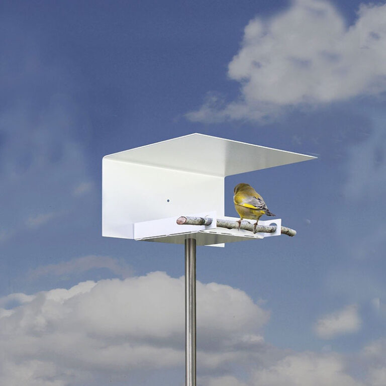 Voeg zelf een tak toe aan vogelhuisje Abri. Deze dient als natuurlijke landingsplaats voor de vogels. Moderne vogelvilla van Opossum.