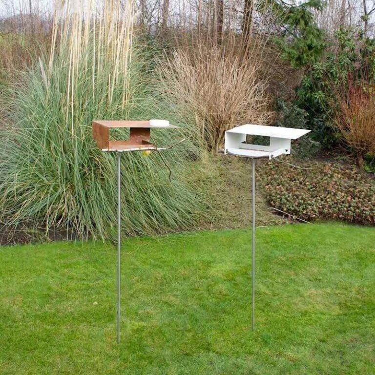 De Bauhaus vogelvilla is verkrijgbaar in Cortenstaal of in wit metaal. De voederstations zijn gemaakt in Duitsland en oerdegelijk.
