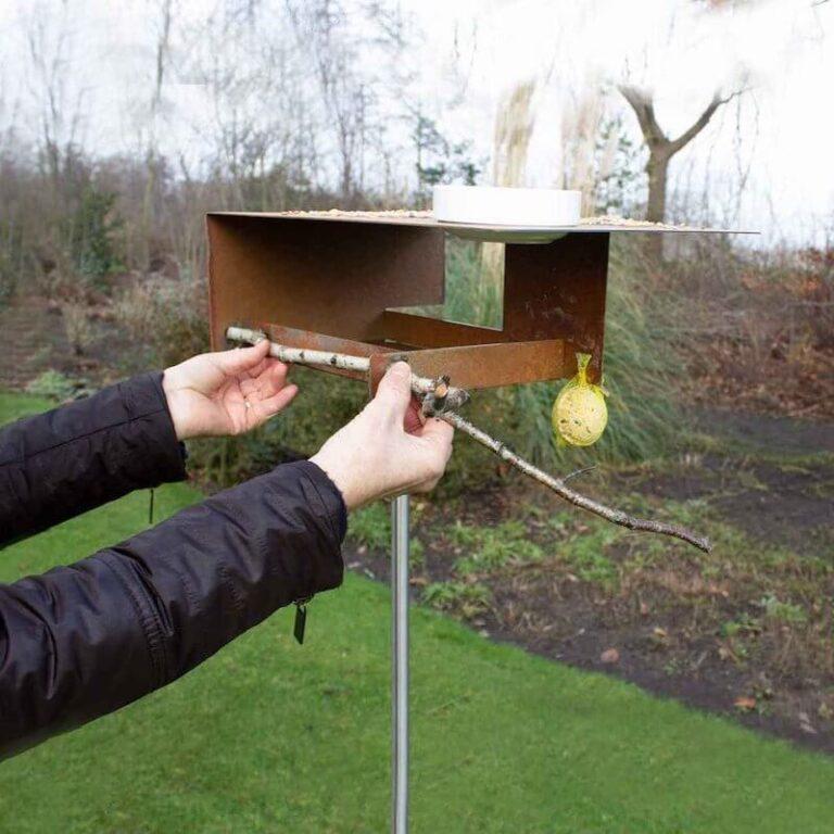 Voeg zelf nog een tak toe aan de Bauhaus vogelvilla, waarop vogels kunnen neerstrijken en uitrusten. Bovendien staat dit natuurlijke accent prachtig in combinatie met het futuristische uiterlijk van het vogelvoederstation.