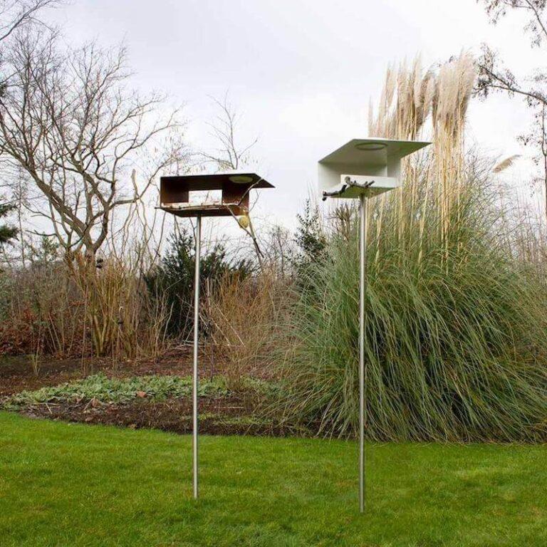 De Bauhaus vogelvilla's worden geleverd met een RVS poot. Deze is aan 1 zijde schuin afgekort zodat je 'm gemakkelijk in de grond of in een grote pot steekt. Hierdoor zitten de vogels op veilige afstand van bijvoorbeeld katten.