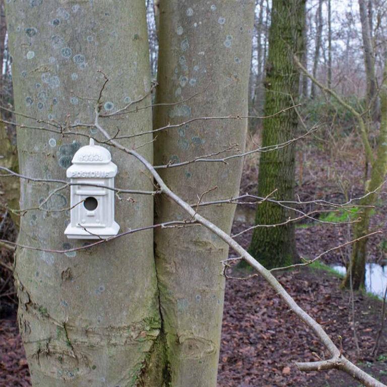 Waarom een saai vogelhuisje ophangen als er zoveel leuke varianten zijn zoals dit handgemaakt nestkastje in de vorm van een ouderwetse brievenbus.