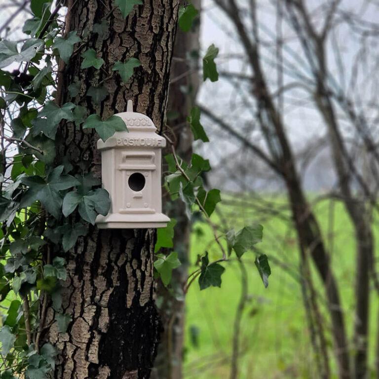 Voor post is deze brievenbus niet geschikt. Wel voor vogeltjes zoals koolmeesjes en pimpelmeesjes.