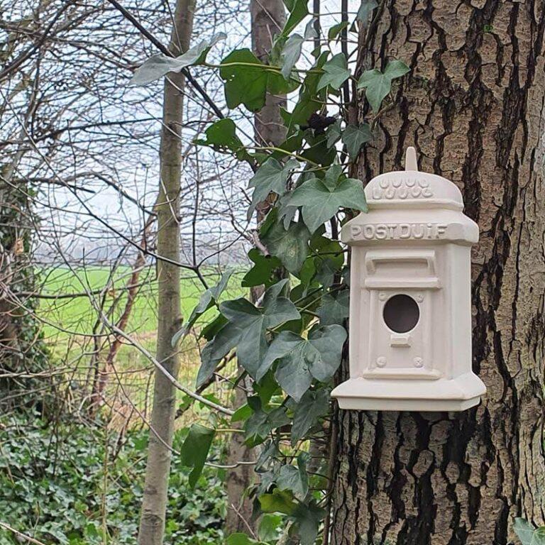 Chris Traa heeft het vogelhuisje Postduif met de hand uit klei geboetseerd. Van het model is een gietmal gemaakt waardoor kleine series kunnen worden geproduceerd.
