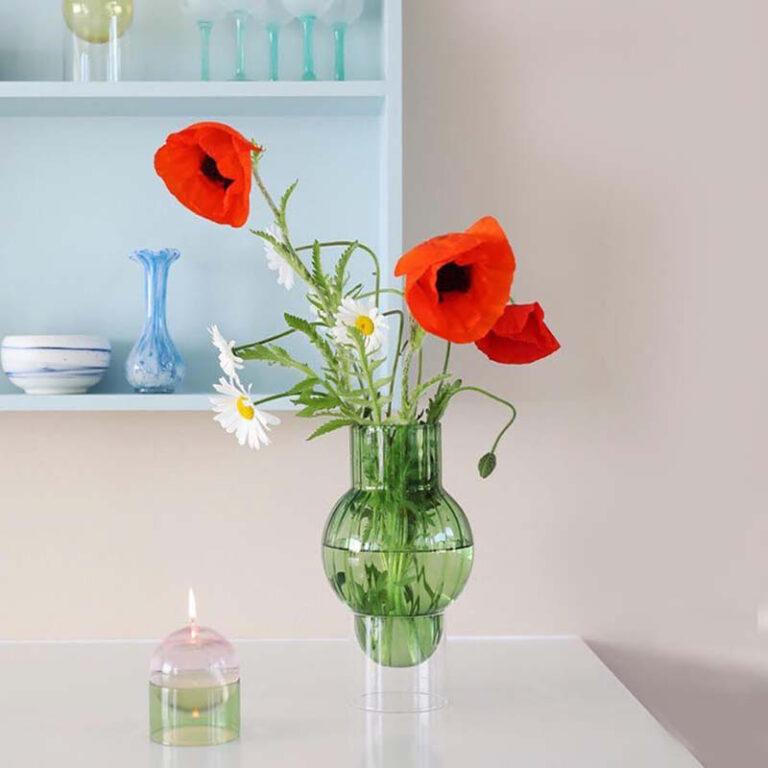 Pluk een paar klaprozen en margrieten. Zet ze in de groene Bubble Tube vaas en je voelt de zomer in huis. De handgeblazen design vaas staat op een losse transparante cylinder waardoor de vaas lijkt te zweven.
