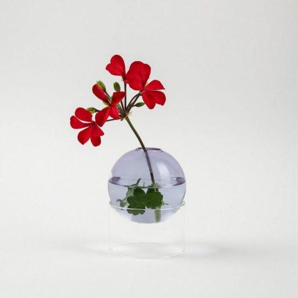1 Bloemetje voldoet in de Standing Bulb. Dit stijlvolle design vaasje bestaat uit een gekleurd glazen bolletje dat rust op een transparante cilinder