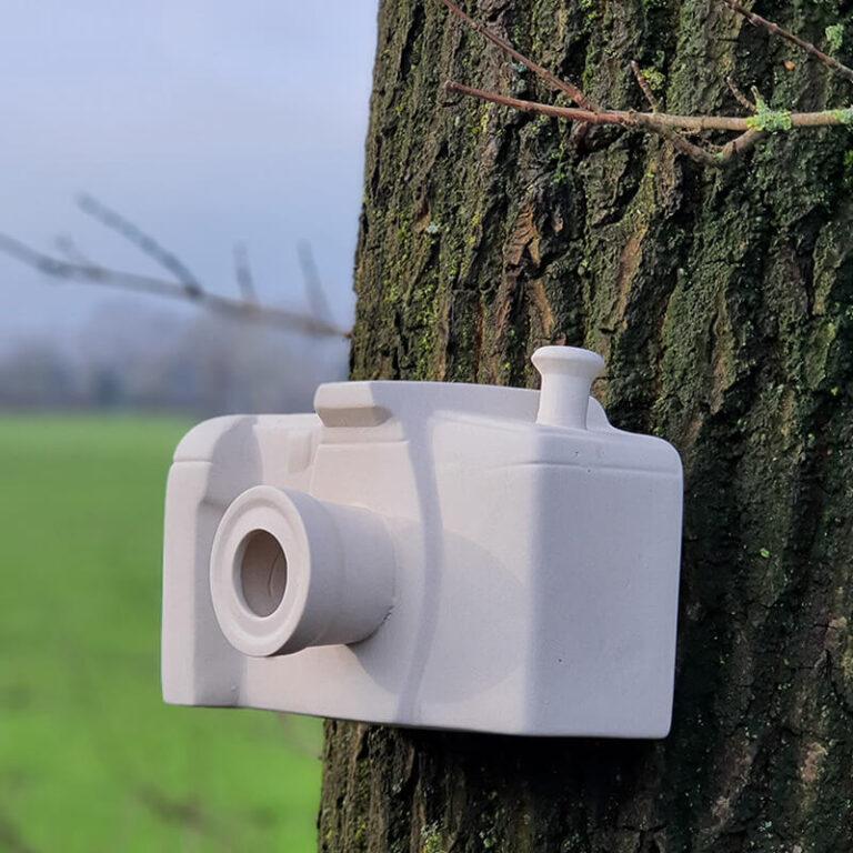 """""""Kijk eens naar het vogeltje"""" is een modern nestkastje in de vorm van een fotocamera."""