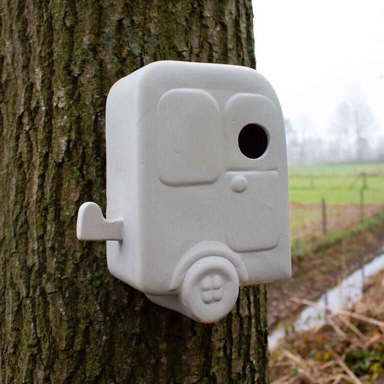 Dit nestkastje met de originele naam Trekvogel heeft de vorm van een typische ouderwetse Hollandse caravan. Hang 'm aan een boom in je tuin of aan de muur op je balkon.