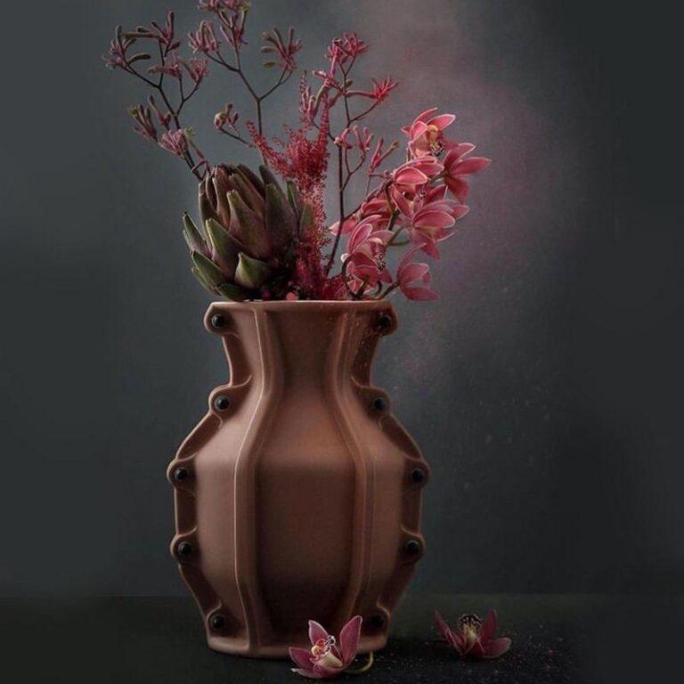 Het lieflijke van een bos bloemen samen met de stoere Carter design vaas is een geweldige combinatie. Ontwerp Floris Hovers.