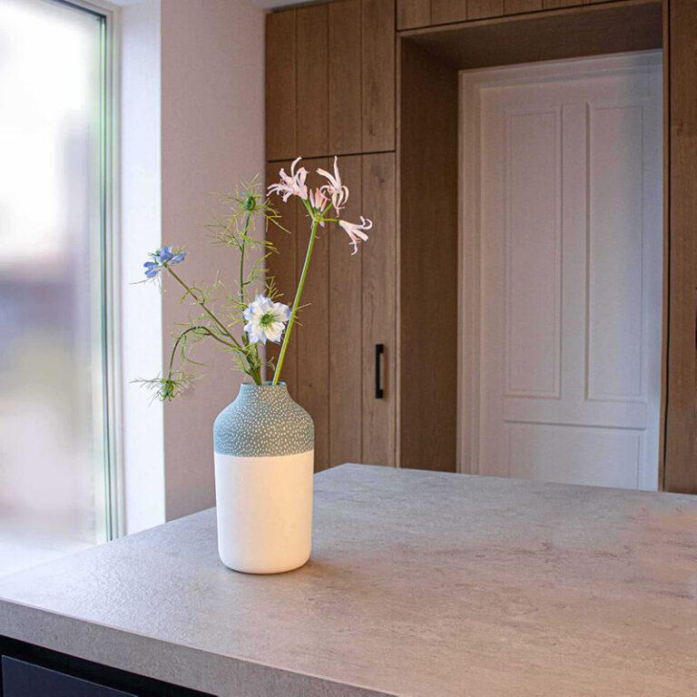 De mooie Clay vaas met blauwe bovenkant staat hier prachtig te pronken. Een paar mooie bloemen zijn genoeg om de vaas te laten stralen.