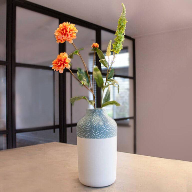 De Clay design vaas heeft een iets smallere hals waardoor ook kleinere bossen bloemen beter blijven staan.