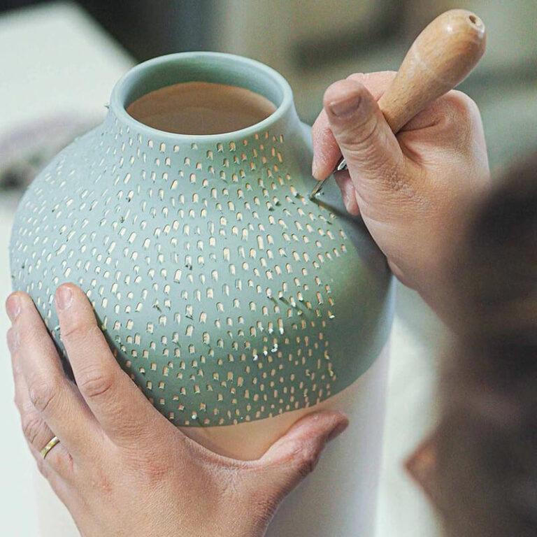 De ontwerpster gutst zelf met veel geduld de fijne streepjes in het porselein. Iedere vaas krijgt daardoor zijn eigen karakter en is dus echt uniek.