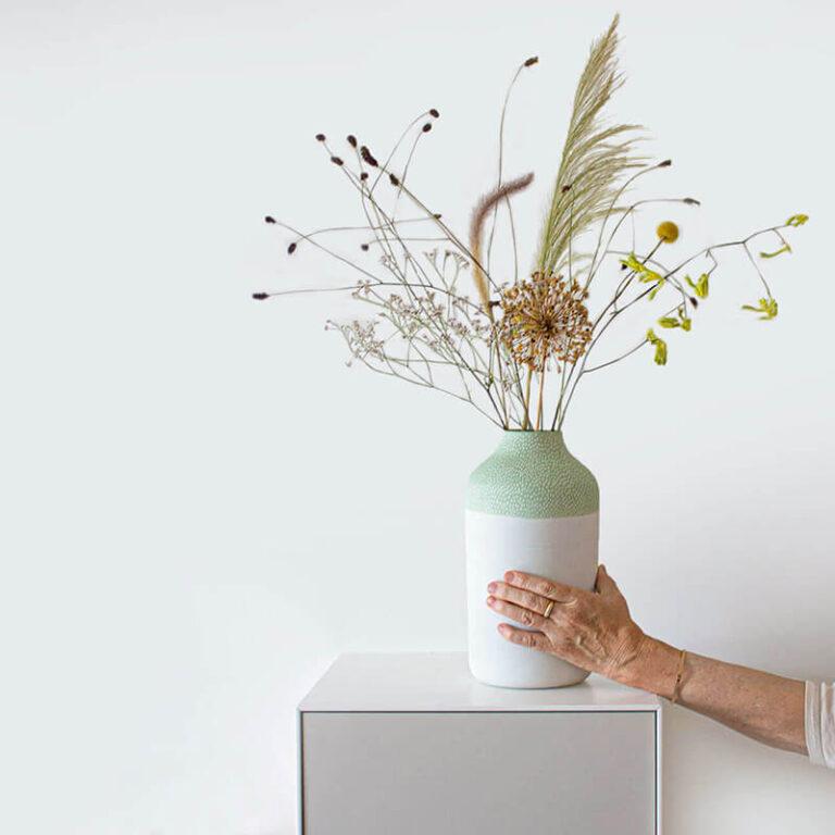 Hier hebben we net de groene Clay design vaas gevuld met droogbloemen. Daar kun je zonder omkijken, maanden van genieten.