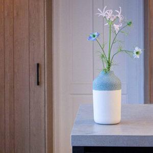 Bloemen brengen leven in huis. Zet ze in deze prachtige Clay design vaas om er extra van te genieten.