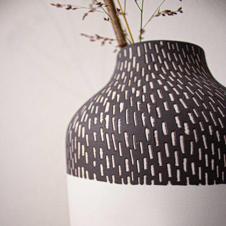 De Clay vaas is helemaal handgemaakt van porselein. De versiering aan de buitenzijde is ook handmatig aangebracht. Elke vaas is dus uniek.