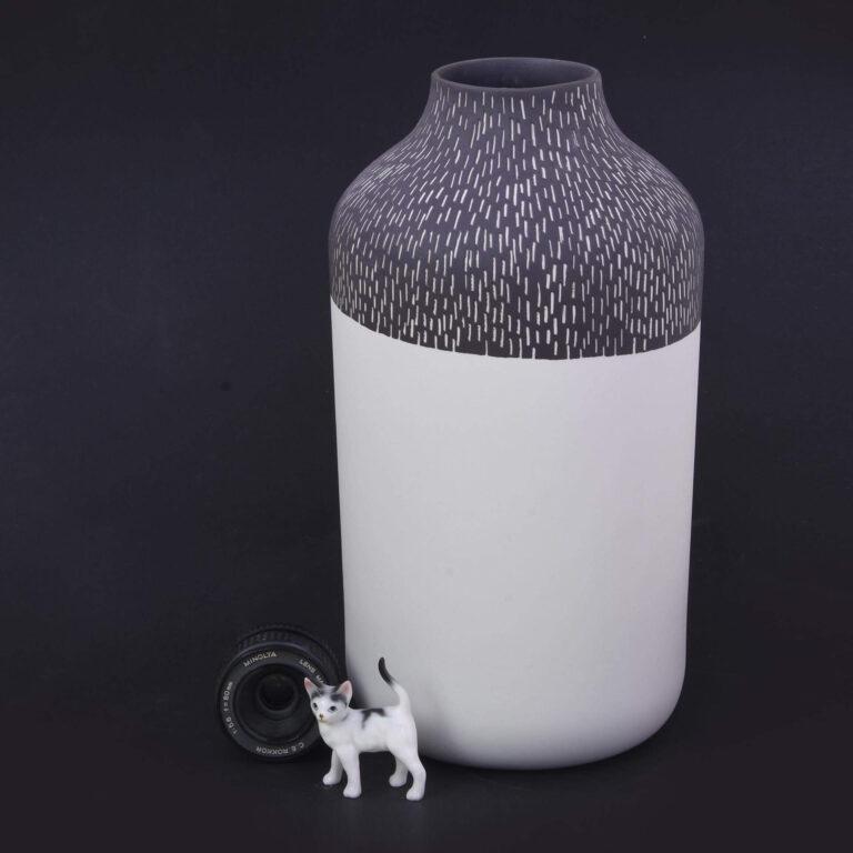 Laat je niet misleiden door de naam 'Clay', de vaas is namelijk helemaal van porselein, waarbij deze aan de buitenkant gekleurd is met 'porselein klei'.