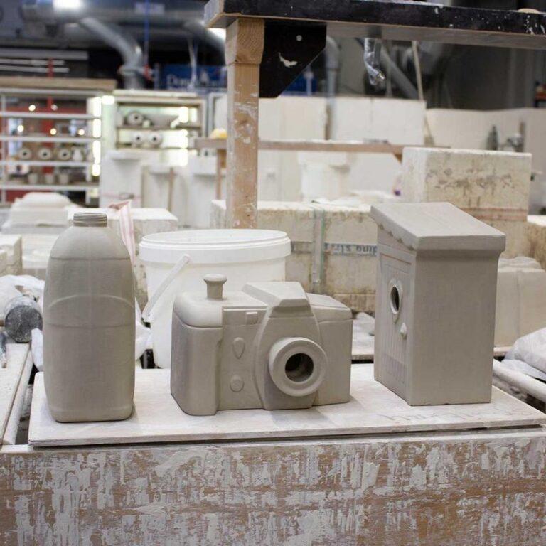 Dit vogelhuisje is op ambachtelijke wijze in Nederland gemaakt. Het is met de hand gegoten van Steengoed. Hier staat Schijtlijstertje te drogen (rechts).