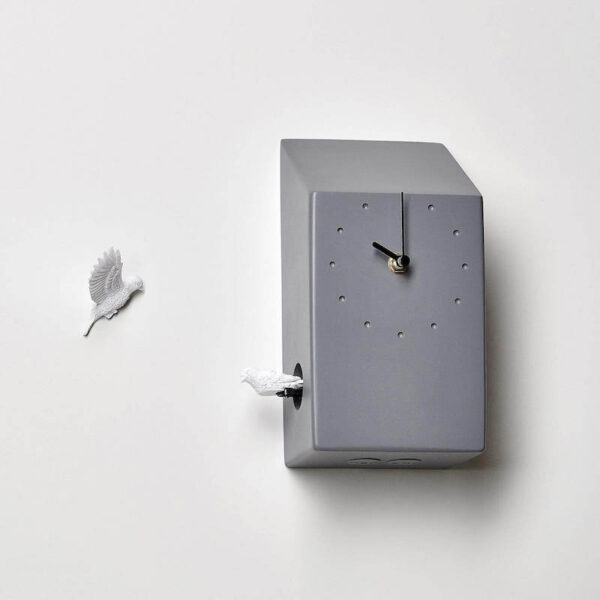 De Cuckoo X klok van Hao shi is een moderne strak vormgegeven koekoeksklok. Het huisje heeft weinig details. 1 koekoek bevestig je op de muur en blijft dus altijd in het zicht. De andere koekoek laat zich elk zien en horen.
