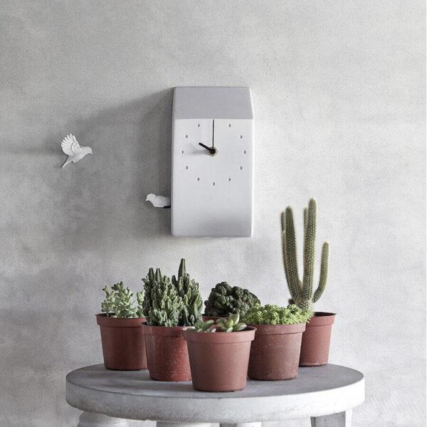 Deze klok heeft dan wel de naam Cuckoo maar daarmee wordt je wel een beetje op het verkeerde been gezet. Elk uur komt er een koekoek te voorschijn, maar deze laat een vrolijk gefluit horen. Het is een strak uitgevoerde klok in de kleur lichtgrijs. Op de muur is nog een extra vogeltje bevestigd om zo de klok nog specialer te maken.