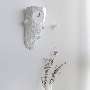 Cuckoo is een design koekoeksklok met 2 vogels: Eentje laat elk uur van zich horen en de andere vliegt naast de klok die op een boomstronk lijkt.