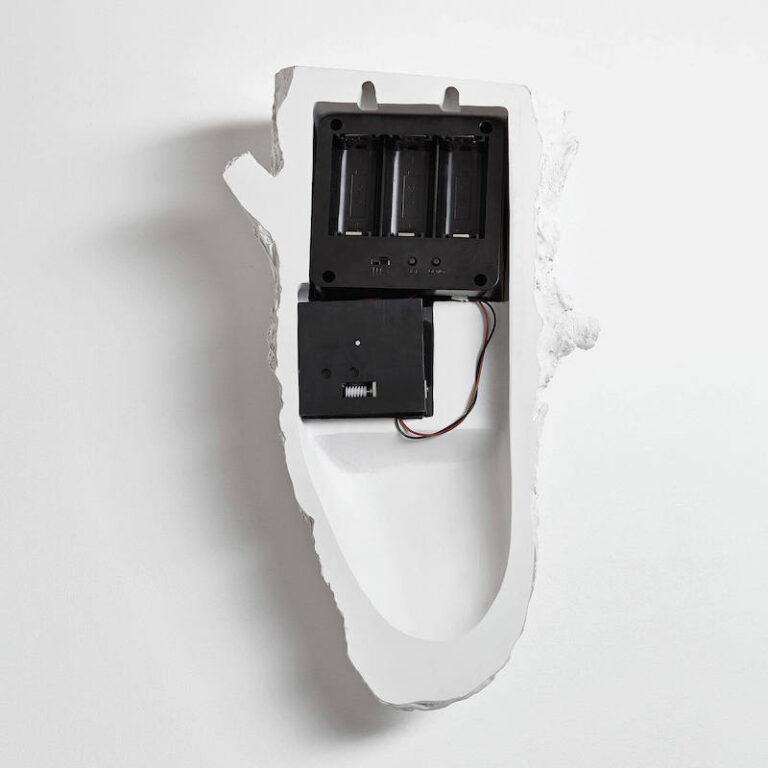 Er gaan 3 batterijtjes in het moderne koekoeksklokje Cuckoo van Hao Shi.