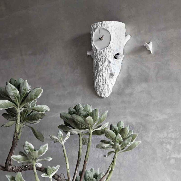 Elk uur komt er een vogeltje uit de witte handgemaakte Cuckoo tree clock. Het vogeltje begint dan gezellig te kwetteren. Het is dus geen koekoek-geroep!