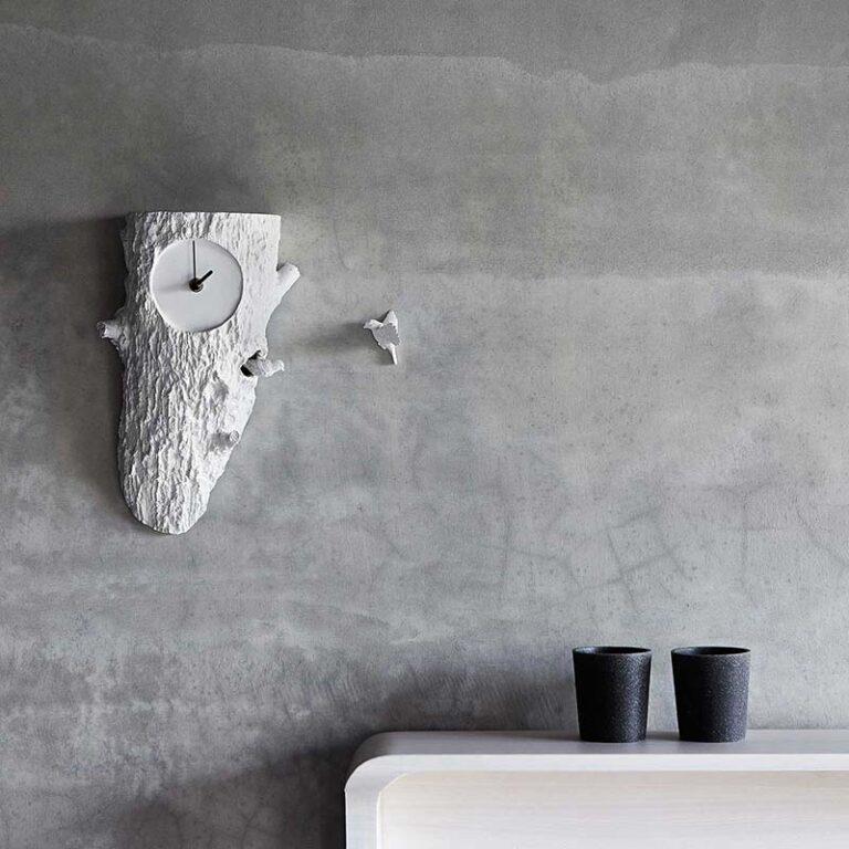 De design klok Cuckoo tree hangt prachtig in elk interieur. De witte klok steekt hier prachtig tegen een grijze wand. Bovendien brengt de klok extra gezelligheid in huis door het gefluit van de vogeltjes elk uur.