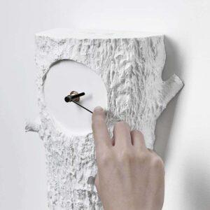 Je verzet de tijd van de moderne Cuckoo klok door de minutenwijzer voorzichtig met de klok mee te draaien. Ontwerp Hao Shi.